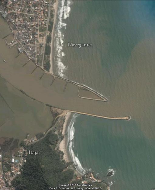 Rio Itajaí-açu - Exemplo de barra transformada em molhe - Imagem: Google Earth