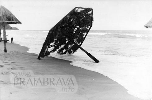 Ressacas na Praia Brava - 01-06-2001 - Onde era o antigo Tribus Bar