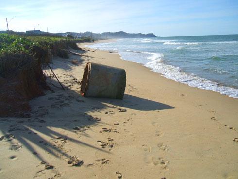 Ressaca na Praia Brava Itajaí - Tubo de antigo bar à beira da praia