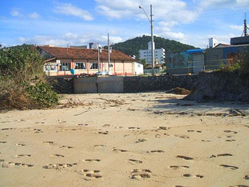 Ressaca na Praia Brava Itajaí - Erosão promovida pela enxurrada